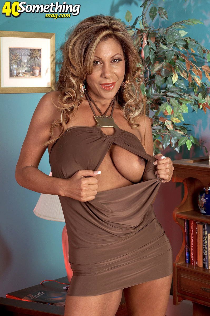 bronzed milf loves her pussy with pink toy fuck mom pussy 1