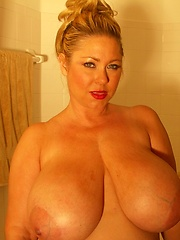 busty plumper samantha playing in bath