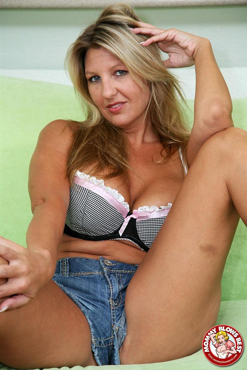 jezebel jones sexy milf gives a great blowjob picture