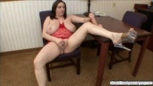 kitty lee puts a dildo in her kitty