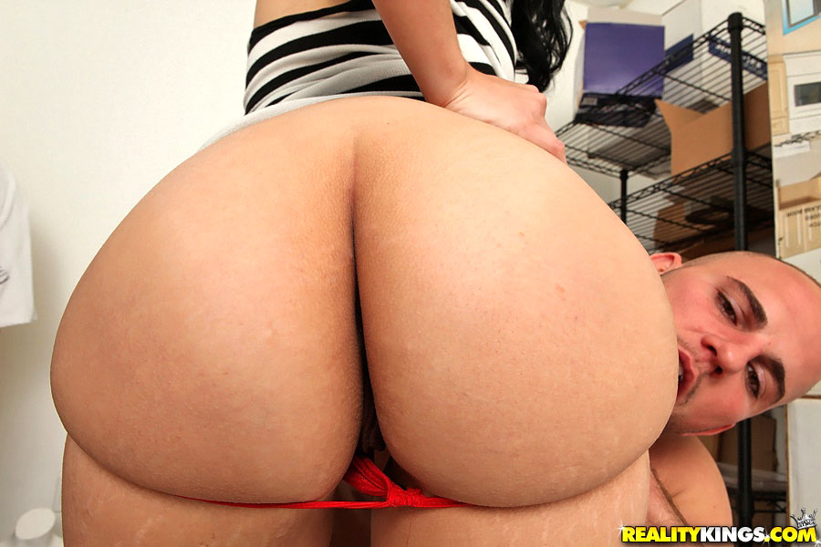Bubble Butt Latina Riding